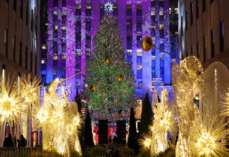 Il Natale in giro per il mondo, tra luminarie, alberi e presepi.