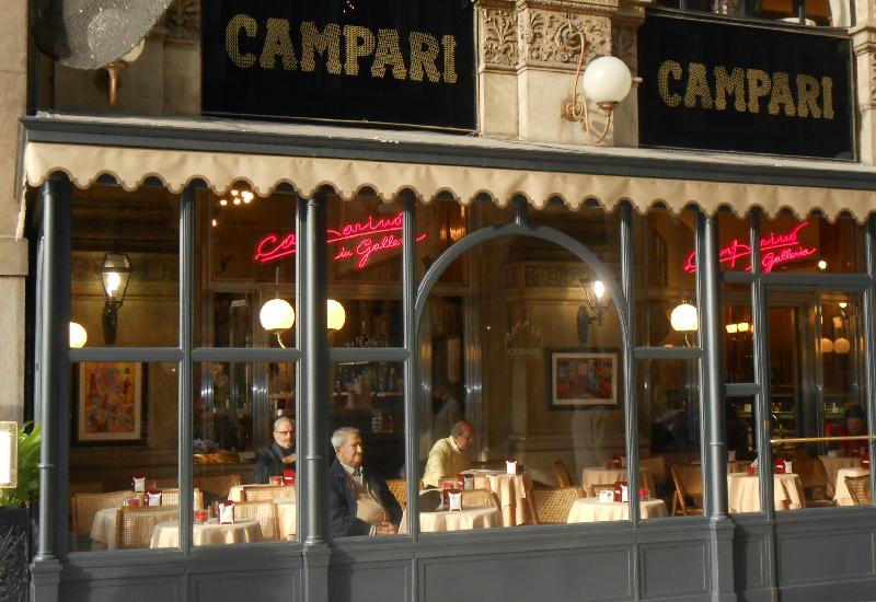 Il Camparino, luogo storico dell'aperitivo in galleria a Milano, compie 100 anni.