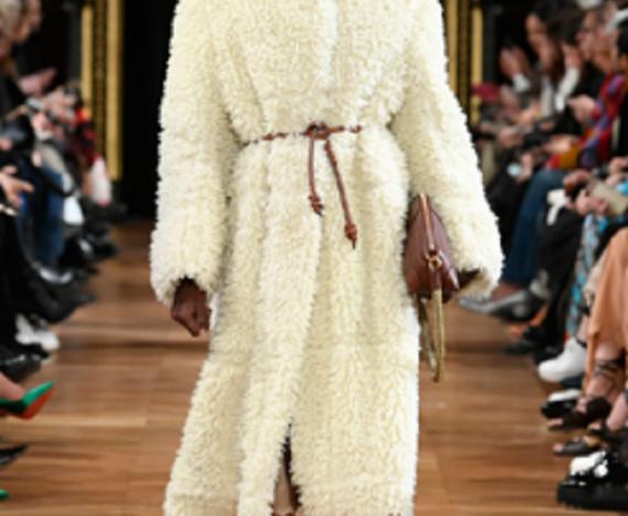 Tendenza inverno 2021 - Maxi cappotti e cintura da indossare anche sopra i capospalla - Modello Stella McCartney