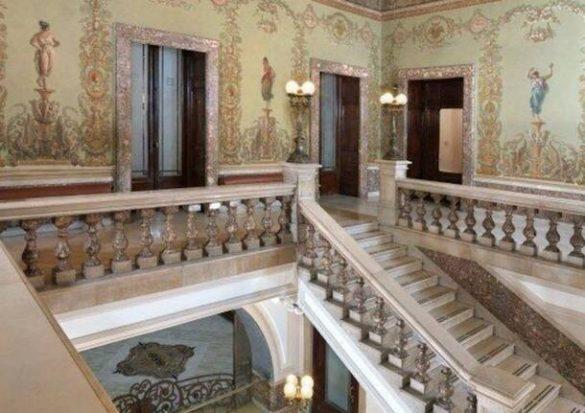 Dettaglio scalinata palazzo